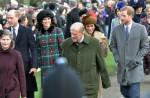 I reali camminano alla chiesa di Sandringham il giorno di Natale: da sinistra a destra il principe William, la duchessa di Cambridge, il principe Filippo, Meghan Markle e il principe Harry.