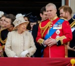 Sua Maestà la Regina Elisabetta II e la famiglia reale si godono un flypast dalla RAF a Trooping the Colour sabato 8 giugno 2019