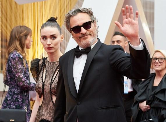 Rooney Mara e il candidato all'Oscar®, Joaquin Phoenix arrivano sul tappeto rosso dei 92nd Oscar Oscar a...