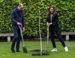 La britannica Catherine, duchessa di Cambridge e il principe britannico William, duca di Cambridge, prendono parte a una cerimonia per piantare alberi mentre visitano l'Università di St Andrews a St Andrews il 26 maggio 2021.