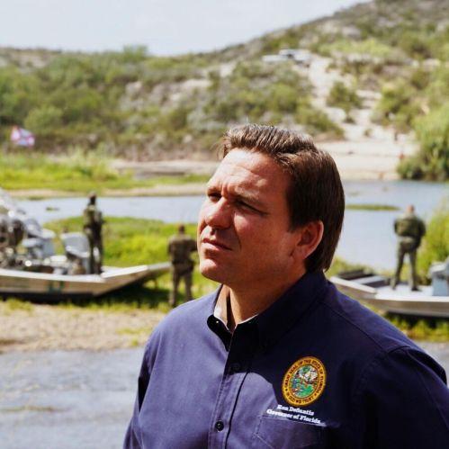 Ron DeSantis tenta di sembrare contemplativo di fronte agli agenti della pattuglia di confine sullo sfondo. È il peggiore! L'ho preso dal suo Instagram