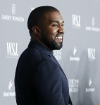 Kim Kardashian e il marito Kanye West posano per una foto ai WSJ Innovator Awards a New York