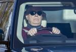 Il principe Andrea toglie le mani dal volante mentre guida a Windsor