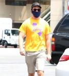 Miles Teller si presenta al CVS indossando una maglietta dei Lakers Kobe
