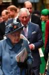 La regina Elisabetta II (C), seguita dal principe Edoardo, conte di Wessex (sinistra), il principe Harry, duca di Sussex (2L), il principe Carlo, principe di Galles (centro D), il principe William, duca di Gran Bretagna Cambridge, (2R) e Meghan, Duchessa