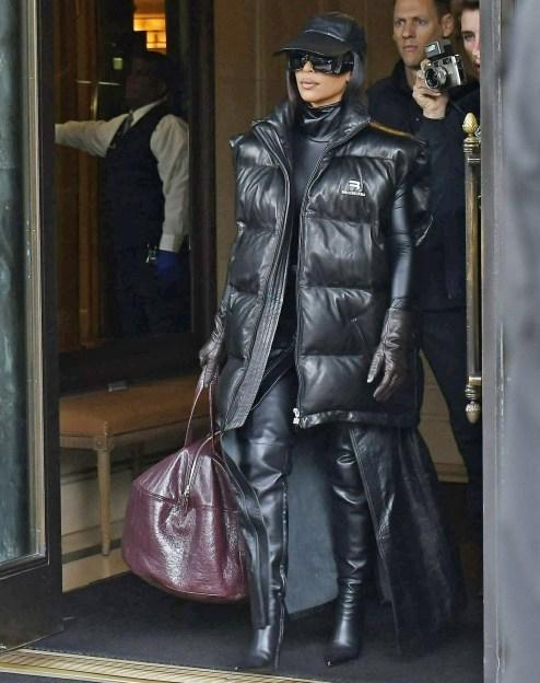 Kim Kardashian indossa un giubbotto di pelle Balenciaga mentre esce dal Ritz-Carlton Hotel