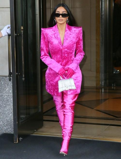 Kim Kardashian lascia il suo hotel e si dirige alle prove del SNL indossando un abito rosa