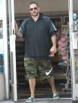 Kevin Federline, vestito casual, prende un paio di snack dalla stazione di servizio di Tarzana