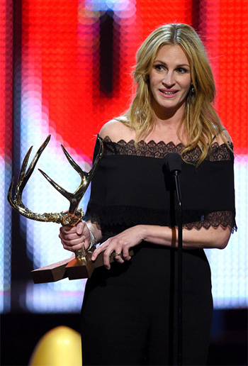 Julia Roberts wears a Yigal Azrouel Lace Trimmed Jumpsuit to the Spike TV Guys Choice 2016 on June 4, 2016.