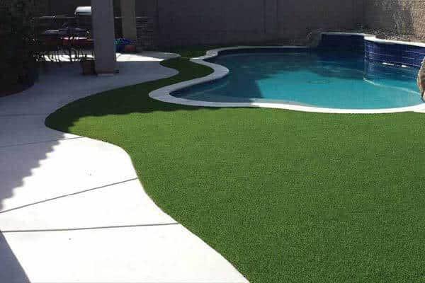artificial-lawn-surrounding-pool-deck