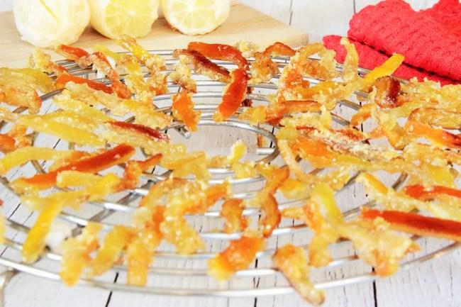 Orangettes: recette facile et rapide qui vous permettra de recycler désormais vos épluchures d'oranges et de citrons pour en faire de délicieuses friandises « maison ».