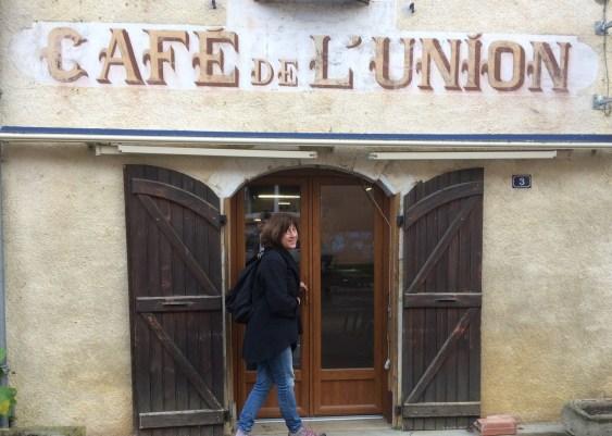 céline entre dans le café de l'union