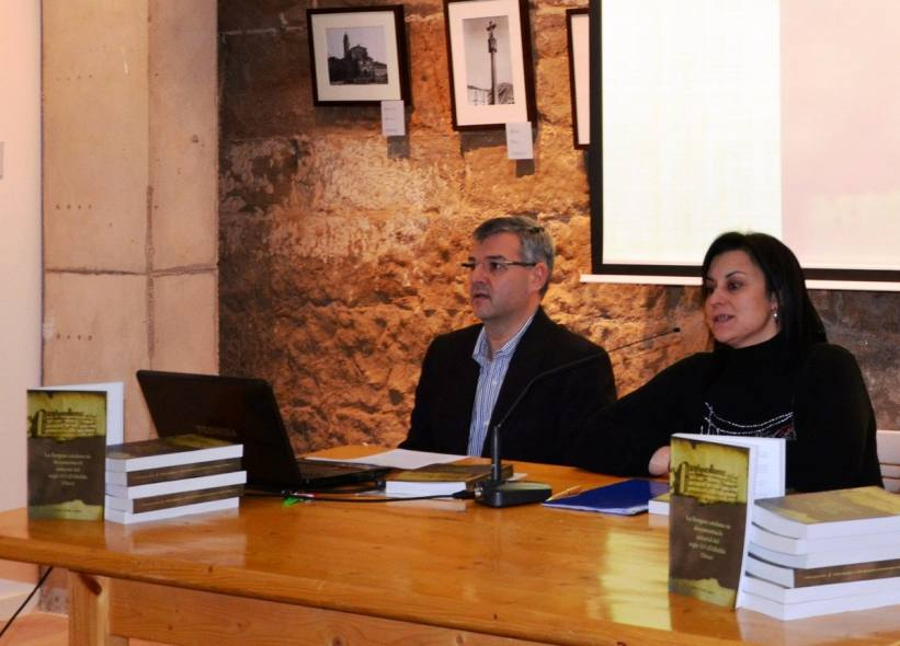Mesa de la presentación del libro 'La llengua catalana en documentació notarial del segle XVI d'Albelda (Osca)' en Albelda