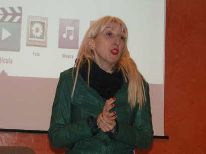 Vicky Calavia durante el acto 'Dicen que hay tierras al Este' en Alcampell (foto Francesc Cussó)