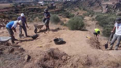 Trabajando en la cuarta campaña de excavaciones en Els Castellassos (1) (foto equipo de excavación)