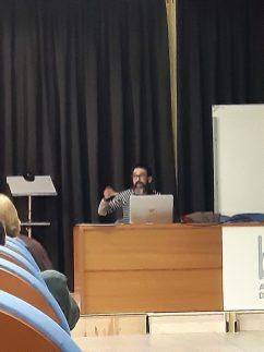 Alberto Velasco pronunciando la conferencia «Pintura y pintores en la Litera durante los siglos del gótico» (foto Silvia Isábal)
