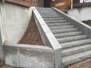 Trappa och mur i granit