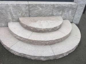 Halvmånetrappa i sten
