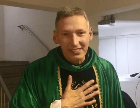 Image result for 'Maria passou na frente', diz padre Marcelo Rossi após ser empurrado de altar durante missa