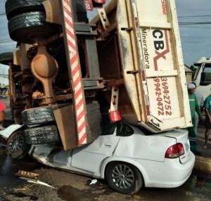 Caminhão tomba, esmaga carro e moto e três pessoas ficam feridas em avenida Várzea Grande — Foto: Guarda Municipal de Várzea Grande