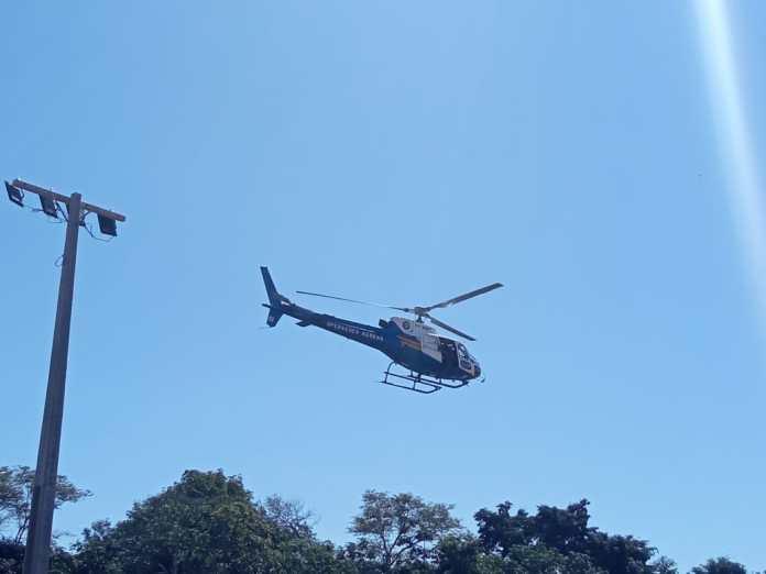 Helicóptero do Ciopaer sobrevoa a cidadade na tentativa de ocalizar os fugitivos