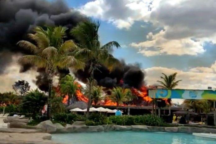 Incêndio consome quiosques do Hot Park, em Rio Quente; vídeos