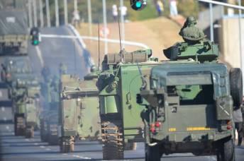 Blindados saíam em comboio passando em frente ao Palácio do Planalto Marcelo Camargo/Agência Brasil