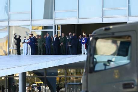 O presidente Jair Bolsonaro acompanhou na manhã desta terça-feira (10) o desfile de tanques militares na Esplanada dos Ministérios, em Brasília. Marcelo Camargo/Agência Brasil