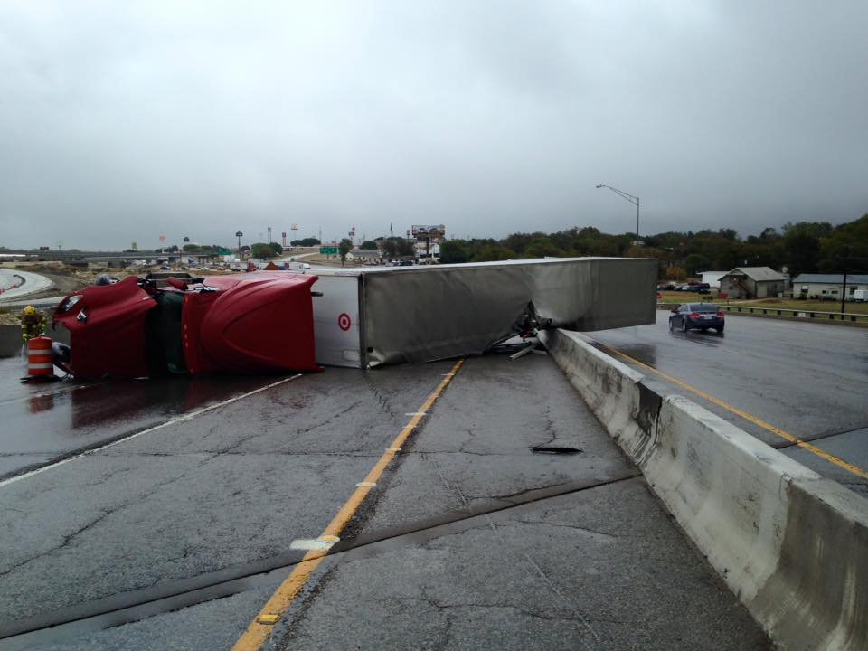Semi crash blocking I-35 in Temple