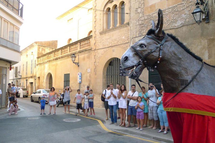 La Mulassa I Els Cavallers De Sant Jaume Tornen A Sortir Al Carrer Per Animar La Festa