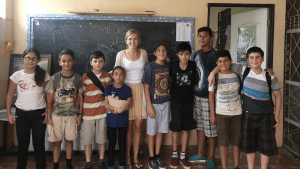 Kelsey Gordon with her students in Costa Rica.