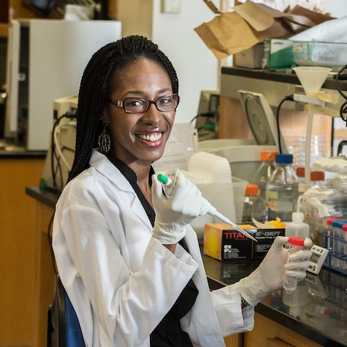 Shariya Terrell '06 working in a lab