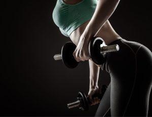 Silhouette d'une femme faisoant de la musculation