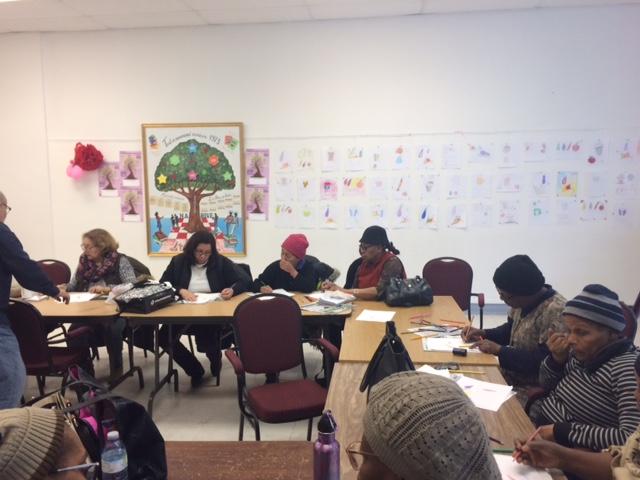 Apprenantes et apprenants à l'ouvrage durant leur atelier de dessin