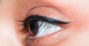 Olhos com micropigmentação de eyeliner
