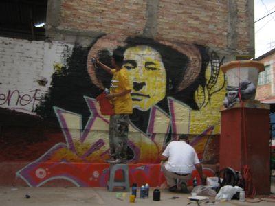 Atliaca- pintando mural 2--