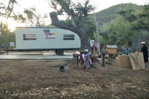 Foto: Izquierda, camper de los guardias de seguridad; Derecha, Don Jorge y Doña Loreto en lo que quedó de su casa después de que fue destruida la madrugada del 4 de Marzo.