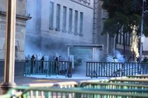 Policías cargando a punta de lacrimógenos. Foto de: Un@ más en la marcha