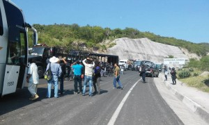 20151002 Policia bloquea salida de Tixtla 1