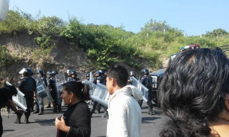 20151002 Policia bloquea salida de Tixtla 5