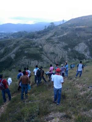 Estudiantes normalistas de Ayotzinapa en el monte tras agresión policial.