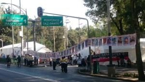 Levantan planton de Ayotzinapa de Los Pinos