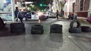 Patrulla frente a barricada magisterial - Foto: Azul Chiapas