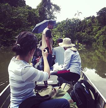 Patricia Nieto, guionista del documental, tomando unas fotogra´fias en La Chorrera, Amazonas