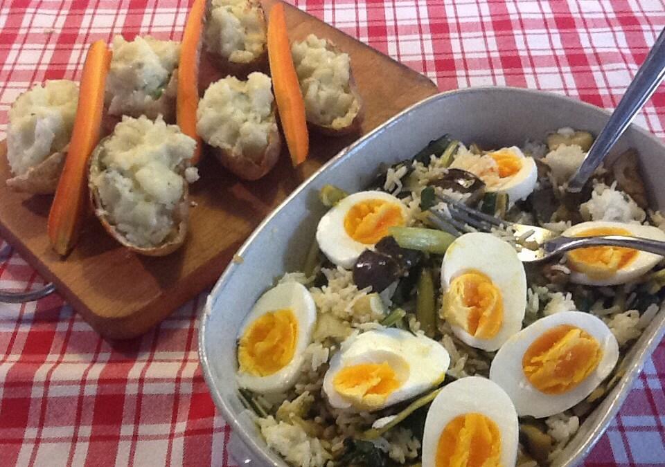 Patate biscotte e riso basmati alle verdure speziate e uova barzotte