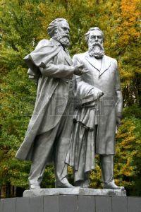 Monumento a Carlos Marx y Engels Fridrih en parque del otoño, Rusia