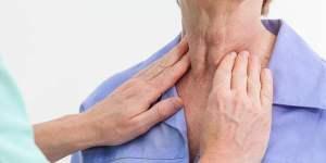 medico visita tiroide