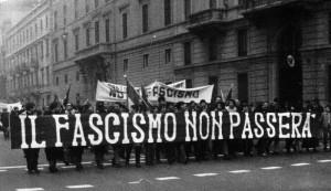 Una sfilata di antifascisti negli anni '70. Slogan e partecipanti sono rimasti sempre gli stessi.