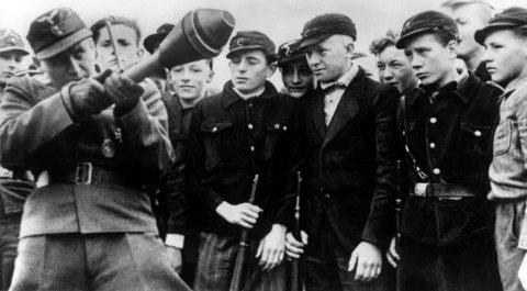 Un ufficiale dell'esercito mostra a giovani del Volkssturm l'uso del Panzerfaust e del Panzerschreck.