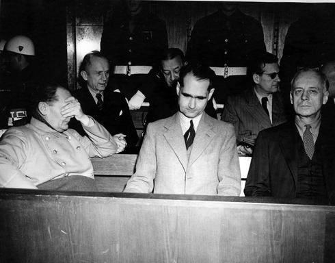 Rudolf Hess al processo di Norimberga (al centro). Sulla sinistra Hermann Goering, sulla destra Joachim von Ribbentrop.